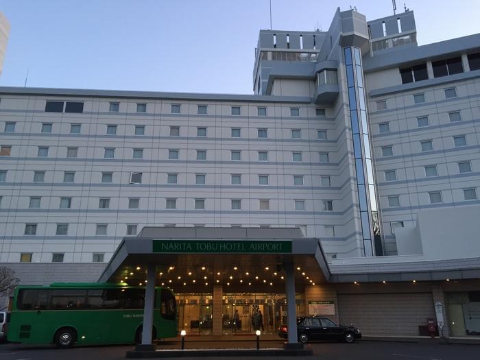 「とにかく近い」ということを優先するなら、ここ「成田東武ホテルエアポート」がおすすめ。ホテルから第2ターミナルまでは、専用シャトルバスでわずか5分。それだけ近いので、滑走路が見える部屋ももちろんあります。