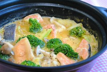 豆乳とお味噌を使ったスープは石狩鍋風の味になります。本来の石狩鍋のように酒粕を使わないので、小さいお子さんでも安心ですよ。豆乳の優しい味がキャベツや鮭と好相性です。
