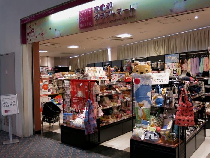 1階にあるショップでは和雑貨やトラベルグッズが売られています。時間がなくて手土産を買い損ねた!という場合でも、ここで日本らしいお土産を買えるので大丈夫。コンビニも併設されています。
