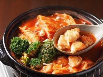 酸味を感じやすいトマトスープは、砂糖を少し入れることで味がマイルドに。キャベツはくし型に切って、トロトロになるまで煮込みましょう。