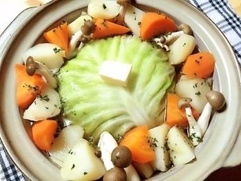 最後にご紹介するのは、芯をそぎ落としただけの葉っぱで作る簡単ロールキャベツ。さっと茹でたらボウルに敷き詰めて、ひき肉やチーズを詰めて丸めます。そのままお鍋で煮込むので、見た目のインパクトも大!食べる時に切り分けて下さいね。