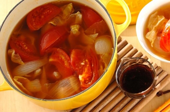 コンソメで作るシンプルな洋風鍋。ベーコンやトマトで具材も洋風に。にんにくしょうゆのタレで頂きます。