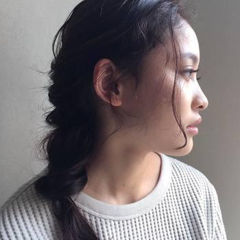 片方に寄せる編み込みヘアは、おしゃれな女性らしさが叶う定番スタイル。プレーンなトップスもたちまち雰囲気のある表情に。