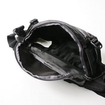 ものが取り出しやすい大きな口と、複数のポケットつきで機能性はばっちり!外側はラミネート加工が施され、雨や水気による汚れもしっかりはじいてくれます。