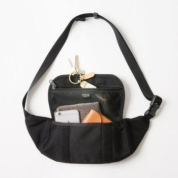 フラップの裏側にはメッシュポケットを装備。鍵や薬など、細々したものをちょっと入れるのに便利です。生地は一般的なナイロンよりも丈夫な「コーデュラナイロン」を使用。