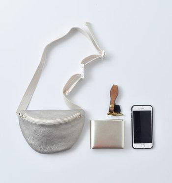携帯電話にお財布など、持ち歩くのに必要なものはしっかりと収まります。シルバー・ゴールド・ブラックの3色展開。素材はソフトな牛革で、中はコットン生地が内貼りされています。