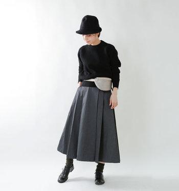 ダークなグレー×ブラックの着こなしも、光沢のあるウエストポーチ効果でトーンアップ!カジュアルになり過ぎず、きちんと大人っぽさがキープできます。