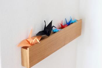 このように3センチほどの溝があるので、小さなものをディスプレイすることができます。お子さんの作品の折り鶴たちを並べて飾って、素敵なギャラリーに♪