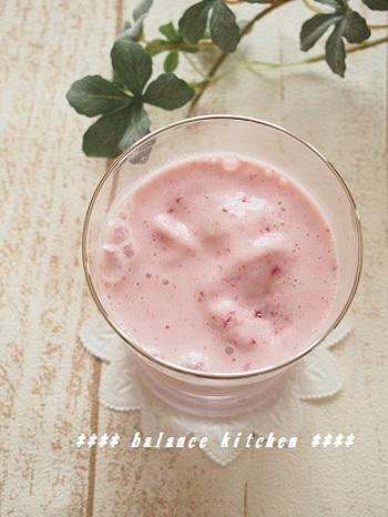 いちごとヨーグルト、豆乳をミキサーで混ぜるだけのスムージー。いちごのビタミンCと、ヨーグルトの乳酸菌、豆乳のイソフラボンで、つやつや美肌効果も♪