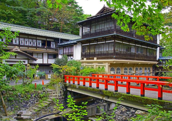 四万(しま)には、群馬県の重要文化財にも指定されている「積善館(せきぜんかん)」があります。元禄七年開業の名湯が湧き出る老舗旅館です。映画『千と千尋の神隠し』の湯屋のモデルになったとも言われる日本最古の木造湯宿建築は、ノスタルジックな歴史を感じさせてくれます。