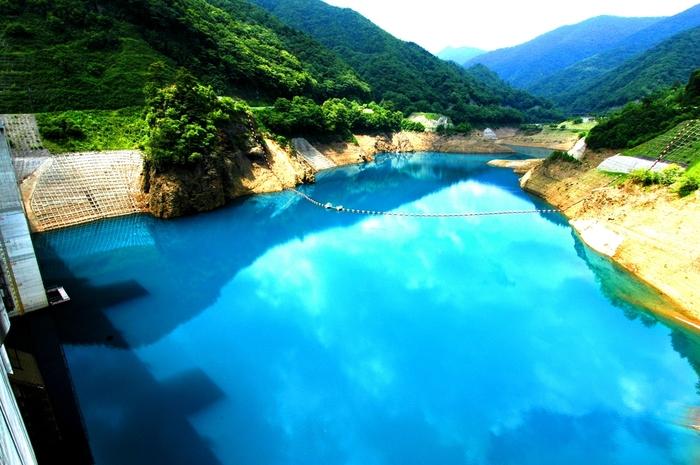 「四万湖」や四万温泉の最奥にある人造湖「奥四万湖」は、光の加減や時間帯によって1日のうち何度となく湖水の色が変化します。コバルトブルーの美しい湖面の色合いは、見る人の心を惹きつけます。