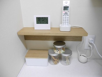 こんな風に、リビングで電話台として使うアイデアも。位置の微調整もしやすいので、思い通りの場所に棚を付けることができますよ。