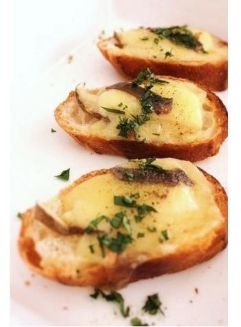 『コンテ』は、ほのかにナッツのような香りがあるフランス・コンテ地方のハードタイプチーズ。クセのない味わいにアンチョビの塩味がパンチを添えて。