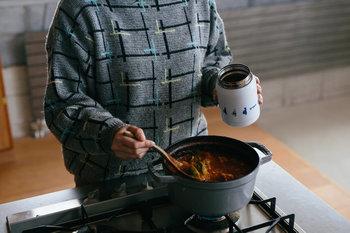 お弁当にスープを持っていきたい人におすすめなのが、フードコンテナーやスープジャーを活用する方法です。保温機能が備わっているので、温かいスープをランチに楽しむことができます。
