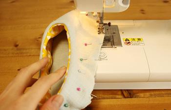ルームシューズの型紙にそって裁断した表布、裏布、キルト芯を縫って1枚に。それを底布と縫い合わせていきます。 ルームシューズをひっくり返した面で作業していくので、完成形を見るまで少し不安ですが、最後に全体をひっくり返す時は感動もの。ぜひ型紙を用意して、トライしてみてくださいね。