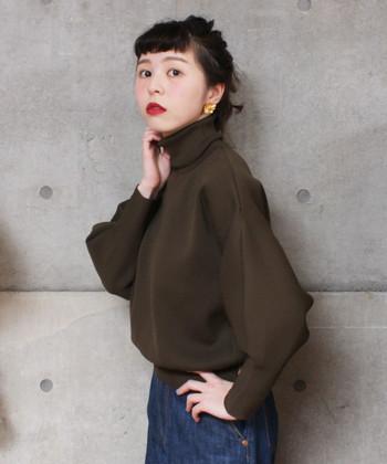 まずは「タートルネック」。タートルネックは、首元の布が長く一般的に2~3回程度折り返して着ることが多いです。しっかり首元を覆ってくれるので、とても温かいのも特徴。