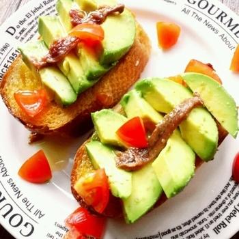 パン1枚に、ビタミンをはじめ食物繊維、さまざまな抗酸化成分をたっぷり含むアボカドをまるまる1個載せて。さわやかで栄養価の高い朝ごはんです。