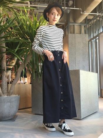 モックネックは、カットソー感覚で着られるためとても使いやすいアイテムです。ぴったりめのモックネックには、ボリューム感のあるスカートを合わせると女性らしいシルエットに。ティペットやベストを合わせても季節感が出ていいですね!
