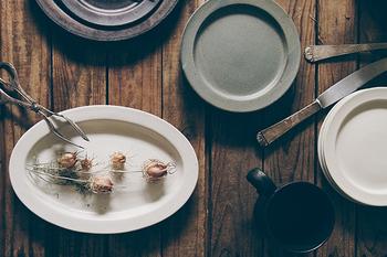 Ancient Potteryは、ストーンウェアという強い土を使い、アンティークのような趣ある風合いを表現したシリーズです。陶器と磁器の中間的な性質を持った焼き物なので、食洗機、オーブン、電子レンジにも対応可能。気負わず使える普段使いにぴったりな素材の器です。