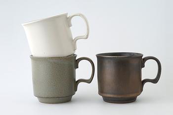 たっぷり入る大きめのマグカップなので、飲み物にはもちろん、スープカップとしても。どっしりとした安定感あるつくりなのでカトラリー立て、ペン立てとして使っても。