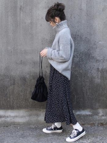 ざっくりとしたタートルネックニットは、女の子らしいアイテム。ですからスカートに合わせればとことん乙女!そのぶん色味を抑えて、シューズや靴下、お団子ヘアと合わせればカジュアルに着こなせます。
