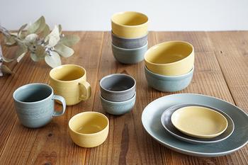 鳥や花をモチーフとした陶器のブローチやオブジェなどを手がけるBIRDS' WORDS(バーズワーズ)のテーブルウェア「TABLETOP(テーブルトップ)」シリーズ。陶芸作家・伊藤利江さんにより生み出される作品は、どれも優しく暮らしの中に彩りを添えてくれます。
