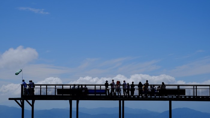 山頂駅に併設され、夏期(4月中旬~11月中旬)のみオープンする「展望台 スカイアイ2237」は、フラットな作りなので家族みんなで楽しむことができます。まるで空の中に浮いているような展望デッキから、日本アルプスの絶景を眺めてみませんか?