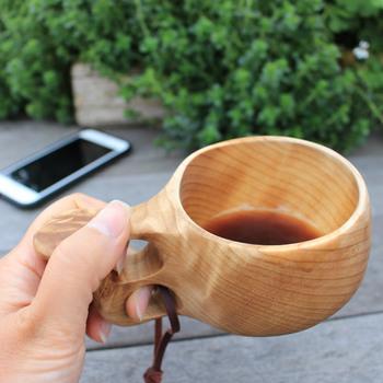 手にしっくりと馴染む丸みのあるデザインに、木目のナチュラルな美しさが映えます。使い込むほどに色や風合いが変化し、自分だけのお気に入りカップに。