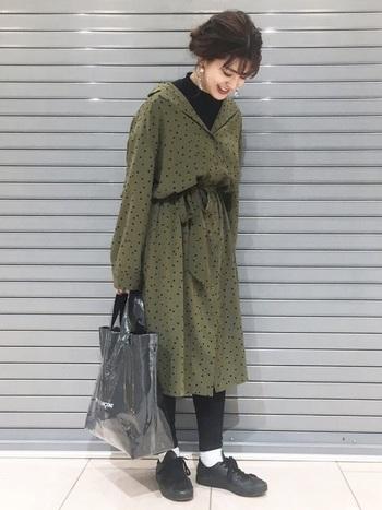 女性らしさを演出する襟抜きは、冬も継続OK!でもちょっぴり寒々しく見える…そんなときは首元はちょっぴり隠してくれるモックネックを中に着込むとバランスがよいです♪ワンピースの柄に合わせてあげれば一体感が生まれて◎