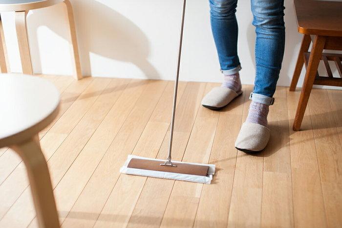 家族みんなが集まるリビング&ダイニングは、お家の中で最も広い空間です。ママ一人でお掃除するのは大変なので、ここも家族で分担して綺麗にしましょう。パパは照明器具の傘や、エアコンなど高い場所を。子供たちはママと一緒にフローリングの掃除など、低くて安全な場所を担当してみてはいかがでしょうか。