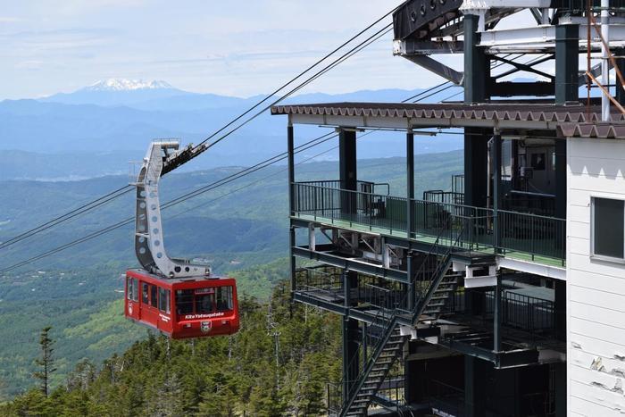 長野県の中央部にある八ヶ岳連峰の北八ヶ岳エリア内にある「北八ヶ岳ロープウェイ」。北横岳と縞枯山の間のくぼみ(鞍部)にかかり、通年運行しています。標高1,771mの山麓駅から標高2,237mの山頂駅まで約7分間で連れていってくれる、100人乗りの大きなロープウェイです。