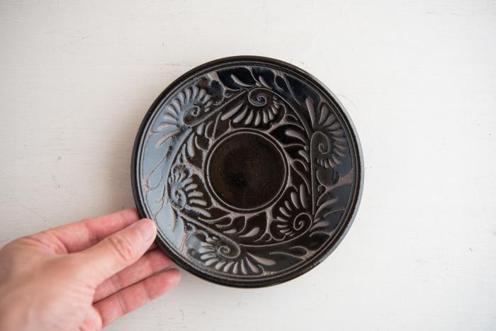 こちらは、アンティークっぽさが魅力の黒釉唐草線彫。芸術品のような彫りがすばらしく、飾っておきたくなる美しさです。