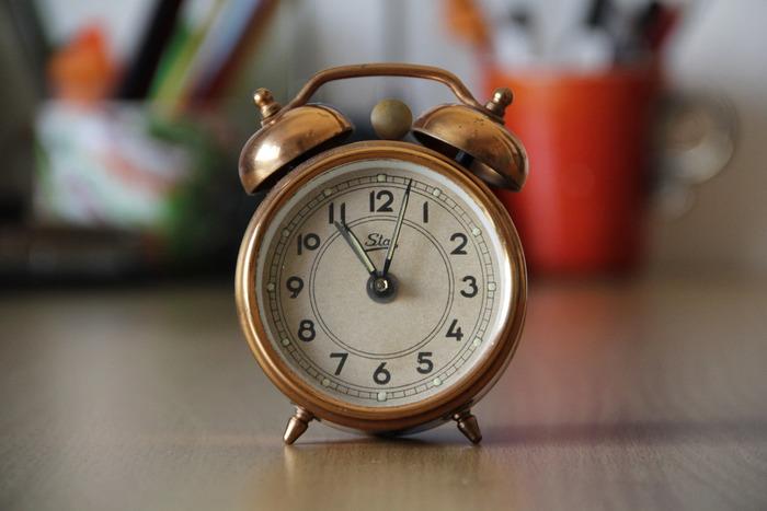 スマホで時間を確認したり、朝起きる時の目覚ましもスマホのアラームに頼りっきり…なんて方も多いのではないでしょうか…。便利な時代ではありますが、暮らしの様々な場面で、ここに時計があったらいいな…と感じる時はありませんか?例えば、あわただしい朝に洗面台で身支度を整えている時、リビングでのんびり過ごしている時、眠りにつく前…時間を確認する時、ふと見た時計がインテリアにしっくり馴染むお気に入りの時計だったら、なんだか楽しみが増えそうです。