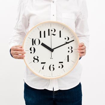 日本を代表するプロダクトデザイナーの渡辺力さんが、自分の名前をつけたRiki clock(リキクロック)。実はこの時計をデザインした渡辺さんの年齢はなんと92歳(2003年当時)  時計の縁には、現在、日本ではもう作られなくなったタンバリンなどの曲げ木技術を、楽器製作の熟練職人によって、美しく再現、作りあげられました。プライウッドの木の柔らかな質感と、明るく見やすい白の文字盤が、あたたかな雰囲気を感じさせてくれます。