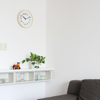 Riki clockは、長く使ってもらえるようにと、出来る限り壊れにくく、修理しやすく分解しやすい、とてもシンプルな構造に設計されています。また、 意外と気になるカチコチという時間を刻む音がないのも嬉しいポイント。  ナチュラルであたたかい雰囲気の時計、お部屋で癒しの時間を刻んでくれそうですね…。