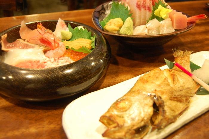 昭和5年創業の「近江町食堂」では、人気メニューの海鮮丼や刺身定食、魚の煮つけなど、いろいろな魚料理を味わえます。定食などにプラスして、金沢ではリーズナブルに食べられる「のどぐろ」もぜひ食べてみてくたさいね。