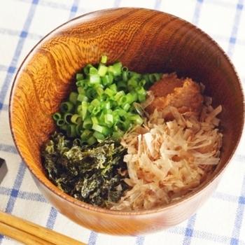 基本の作り方は、お椀にかつお節、味噌、好きな具材を入れればあとはお湯を注ぐだけ。お鍋に作らないので、とっても簡単ですね。