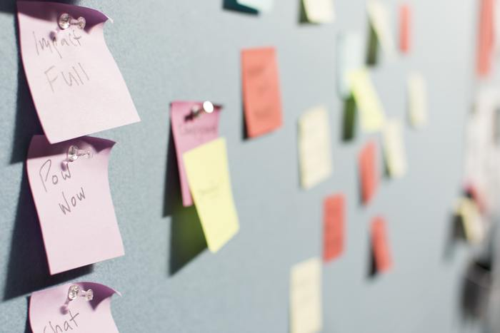 頭の中を整理するのにも付箋は大活躍。アイディアをひとつひとつ、付箋に書き出してみてください。そして壁やボードに貼って、いいものや重要なものだけ残して捨てていくと、アイディアや思考が驚くほどまとまっていきます。