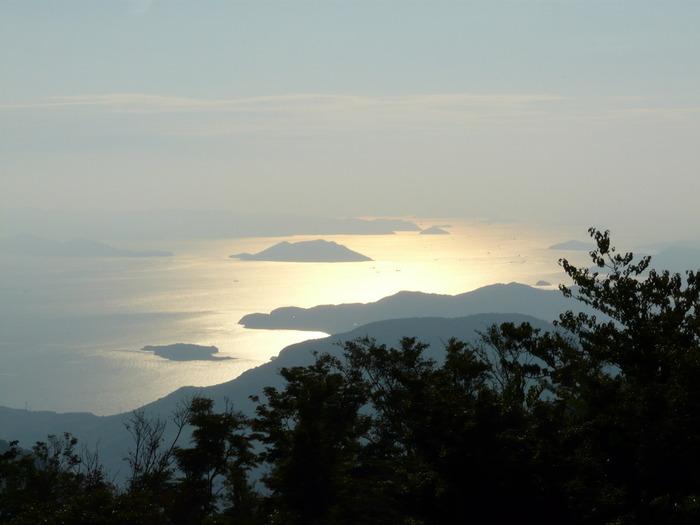 夕暮れ時の輝く瀬戸内海の島々も幻想的で素敵ですね。