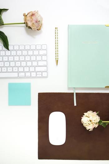 付箋は様々な色があります。オフィスでお馴染みの定番付箋も、イエローやピンク、ブルー、グリーンなど実にカラフルです。それらを利用すれば、メモの内容ごとに色別に使うことができて大変便利。例えば至急の要件にはピンク、そんなに急がなくてよいときにはブルーなどと使い分けることができますね。