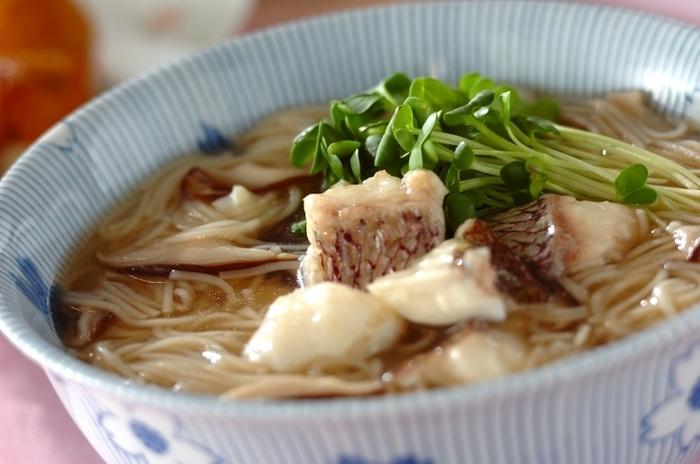 鯛に片栗粉をまぶして、だしで煮立たせればつるんとした食感に。貝割れ菜を添えてさっぱりといただきます◎