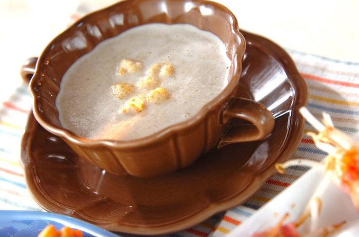 贅沢なマッシュルームのスープ。キノコの旨みがギュッと濃縮した味は思わず唸る美味しさ。マッシュルームの代わりに、シメジや椎茸など和風キノコを使ってもいいですね。