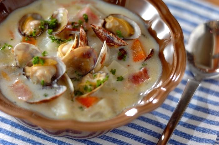 温かいスープを追加すると、ぐっとリッチな朝ごはんに♪ 常備菜の玉ねぎ、ニンジン、ジャガイモにアサリを加えたクラムチャウダーは寒い朝にピッタリのスープ。 お野菜もたっぷりとれていいですね。