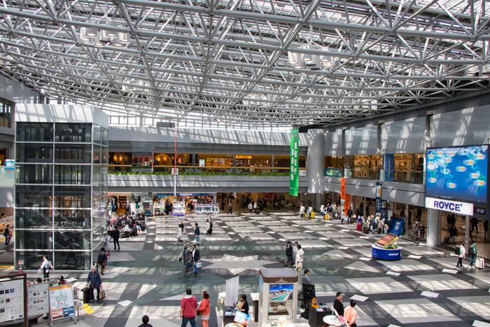 光が注ぐ明るいエントランス。ここには、グルメ、ショッピング、遊び、カルチャー、癒し、エンターテイメントなど、たくさんの施設やお店が揃っています。北海道観光の名所のひとつにもなっている人気スポットです。