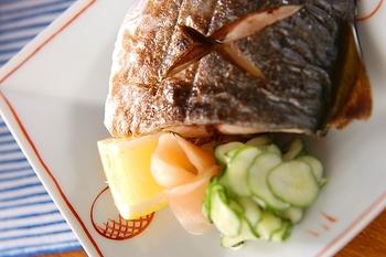 基本の焼き魚をおさらい。切り身に酒をかけ、振り塩を。魚グリルはあらかじめ温めておいて、網に薄くサラダ油を塗るのがポイントです。
