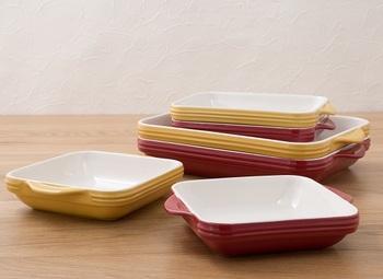 ※こちらのオーブンウェアは、オーブンでも電子レンジでも使用可能な耐熱食器。赤・黄色共にS~Lの3サイズ展開です。