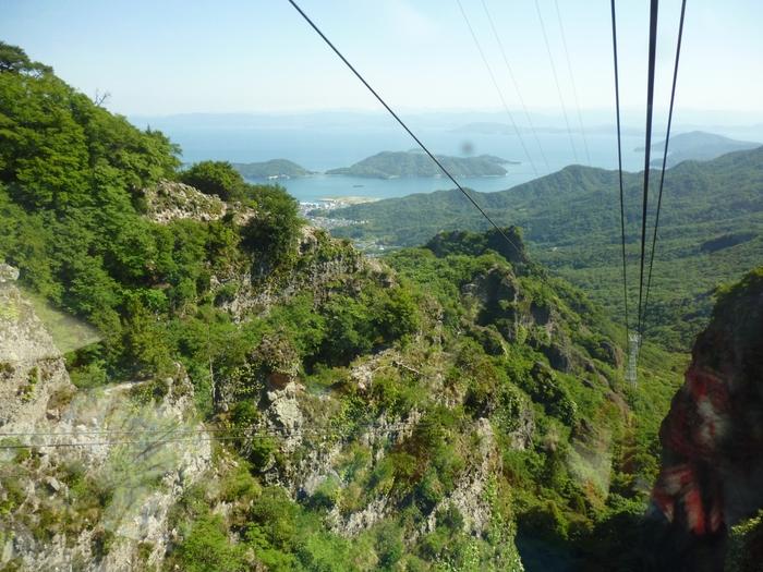 ロープウェイ車窓からは瀬戸内海も見え、深い渓谷のそそり立つ奇岩の間を通り抜けるスリルを味わえます。