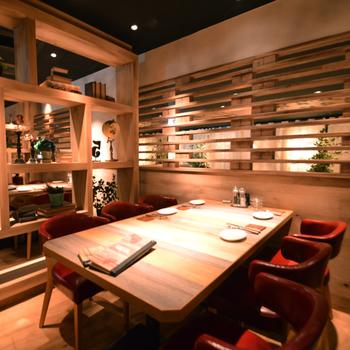 リゾートホテルをイメージしたお洒落な店内で、自慢のお肉がいただける肉バルダイニング『TefuTefu』。
