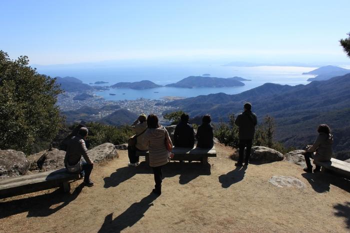 山頂付近にある2か所の展望台から、瀬戸内海をゆったり眺めるのも◎幸せを祈願する「かわらけ投げ」もできるそうですよ。