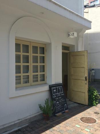 「コーヒー ラボ フランク」はJRや阪神の元町駅から徒歩約4分。ショッピングや観光のついでにフラリと立ち寄ることができます。お店は、こちらの入口から入って3階にあります。